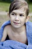La petite fille mignonne s'enveloppent vers le haut en essuie-main image stock