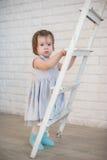 La petite fille monte les escaliers, un enfant, mode de vie, enfance, joie, valeurs familiales, style de vie, le développement de photographie stock libre de droits