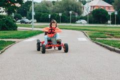La petite fille monte sur la pédale karting images libres de droits