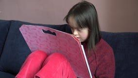 La petite fille ont l'amusement banque de vidéos