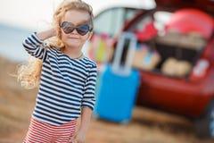 La petite fille part en voyage Photographie stock