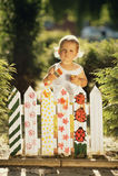 La petite fille peint une barrière Images stock