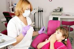 La petite fille a peur du dentiste Photographie stock