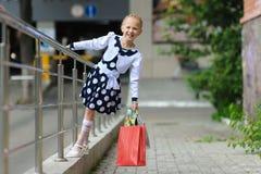 La petite fille a plaisir l'achat image libre de droits