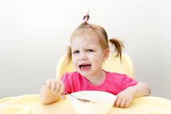La petite fille pleurante ne veulent pas manger de la soupe photographie stock libre de droits