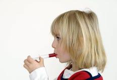 La petite fille prend la médecine Photo stock