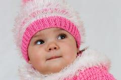 La petite fille qui aime poser. Image libre de droits