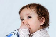 La petite fille qui aime poser. Photo libre de droits