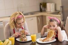 La petite fille refuse de manger le petit déjeuner photos stock