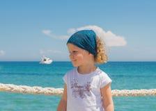 La petite fille regarde à la mer Photographie stock libre de droits
