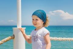 La petite fille regarde à la mer Photos stock