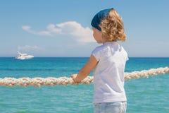 La petite fille regarde à la mer Photos libres de droits