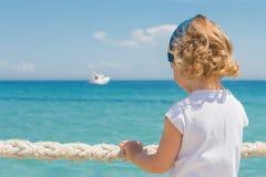 La petite fille regarde à la mer Images libres de droits