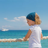 La petite fille regarde à la mer Photo stock