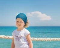 La petite fille regarde à la mer Photographie stock