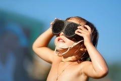 La petite fille regarde le soleil Photos stock