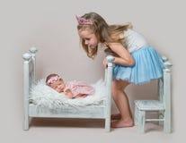 La petite fille repose après sa soeur nouveau-née image libre de droits