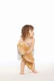 La petite fille retiennent son ours de nounours Photographie stock libre de droits