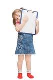 La petite fille retient la planchette image libre de droits