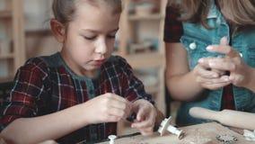 La petite fille sérieuse fait un métier d'argile à partir d'une leçon de poterie banque de vidéos