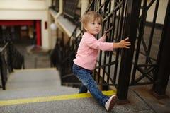 La petite fille s'élève sur l'escalier Images libres de droits