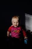 La petite fille s'asseyent sur une chaise Image stock