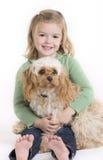 La petite fille s'assied avec son crabot Photographie stock libre de droits