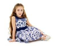La petite fille s'assied sur le plancher photos libres de droits
