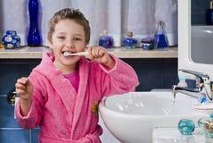 La petite fille se brosse les dents Photo libre de droits