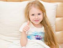 La petite fille se sent bien du traitement médical Images stock