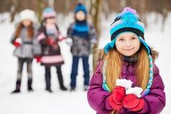 La petite fille se tient en parc d'hiver Image libre de droits