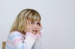 La petite fille semble contraire photo libre de droits