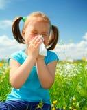 La petite fille souffle son nez photo libre de droits