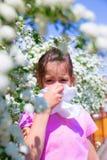 La petite fille souffle son nez Images libres de droits