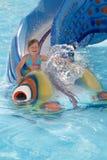 La petite fille sur des attractions de l'eau Photographie stock libre de droits