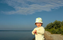 La petite fille sur un rivage de solitude Photos stock
