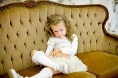 La petite fille sur un sofa Photo libre de droits