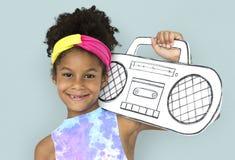 La petite fille tenant des arts de métier de papier transmettent par radio le portrait de studio de musique images libres de droits