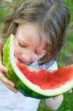 La petite fille termine la pastèque Photographie stock