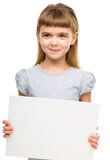 La petite fille tient la bannière vide image stock