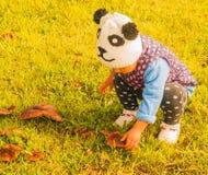 La petite fille touche le champignon Images stock