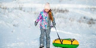 La petite fille va chercher la glissière d'hiver images stock