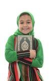 La petite jeune fille musulmane aime le Quran saint Photos stock