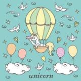 La petite licorne dans le ballon à air regarde dans un regard Photographie stock libre de droits