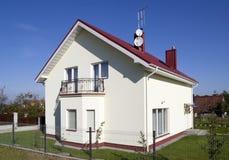 La petite maison normale pour une jeune famille. Photographie stock libre de droits