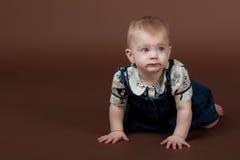 La petite petite fille rampant sur l'étage Photo libre de droits