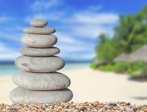 La petite pierre de zen avec le beau sable et le palmier échouent le fond images stock