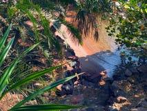 La petite plage tropicale dans l'endroit silencieux Photos stock