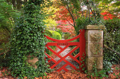 La petite porte rouge aux jardins de Bebeah Photos stock