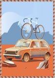 La petite rétro voiture mignonne avec la bicyclette sur le dessus s'attaque par la route merveilleuse de campagne au coucher du s Photos libres de droits